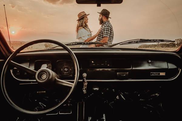 Casal passeia de carro