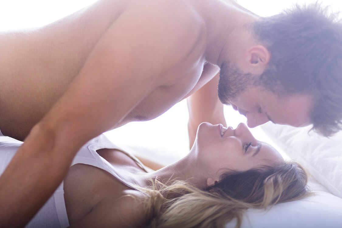 Casal faz sexo.
